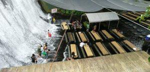 رستورانی زیر آبشار در فیلیپین