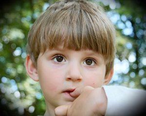 ناخن جویدن کودکان و راه درمان