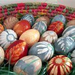 رنگ کردن تخم مرغ با مواد طبیعی و طرح گل و برگ
