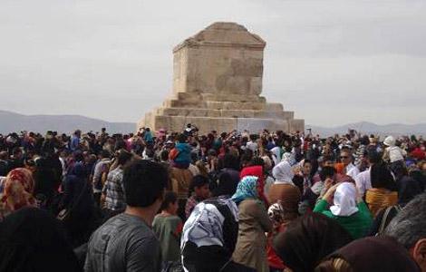 واکنش به ساخت آرامگاه شهدا در کنار مقبره کوروش