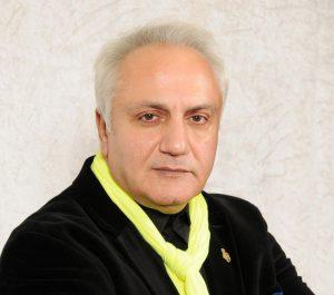 علی معلم در اثر حمله قلبی درگذشت