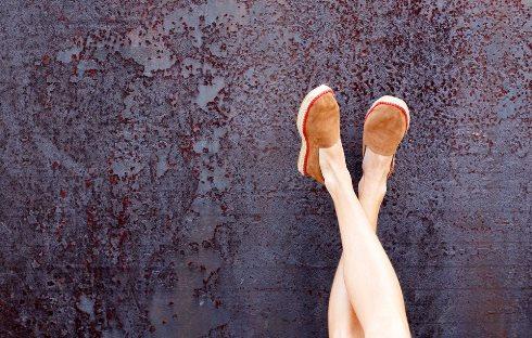 بالا بردن و چسباندن پاها به دیوار