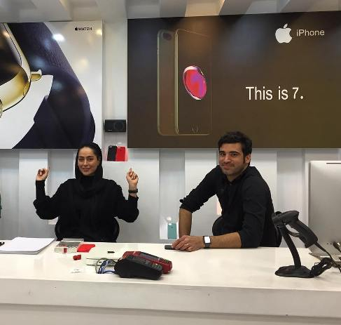همکاری سمانه پاکدل با یک فروشگاه اپل سنتر
