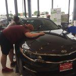 برنده مسابقه بوسیدن خودرو اپتیما + عکس