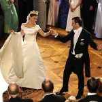 حکم رقصیدن داماد در مجلس زنان چیست؟