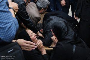 بی تابی های مادر و پدر عارف لرستانی در مراسم تشییع آن مرحوم