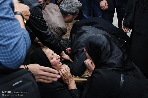 مادر و پدر عارف لرستانی در مراسم تشییع