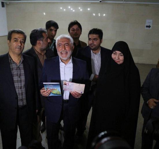 غرضی به همراه همسرش برای ثبت نام به وزارت کشور آمد + عکس