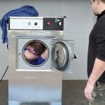 تصاویر مردی که در لباسشویی خودش را شست!