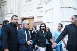 مهران مدیری در مراسم هفتمین روز درگذشت عارف لرستانی