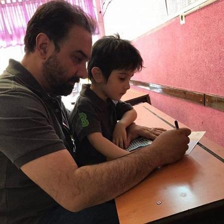 عکس برزو ارجمند و پسرش در حال رای دادن در انتخابات