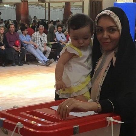 عکس آزاده نامداری و دخترش در حال رای دادن