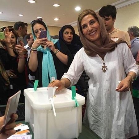 عکس فاطمه معتمدآریا در حال رای دادن در انتخابات ۹۶