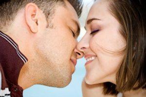 بوسیدن همسر در ماه مبارک رمضان چه حکمی دارد؟
