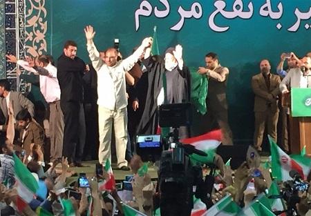 رییسی به اجتماع هوادارانش دست قالیباف را بالا برد