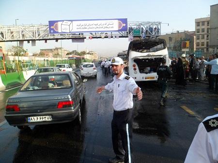 تصاویر آتشسوزی مینیبوس در بزرگراه آیتالله سعیدی