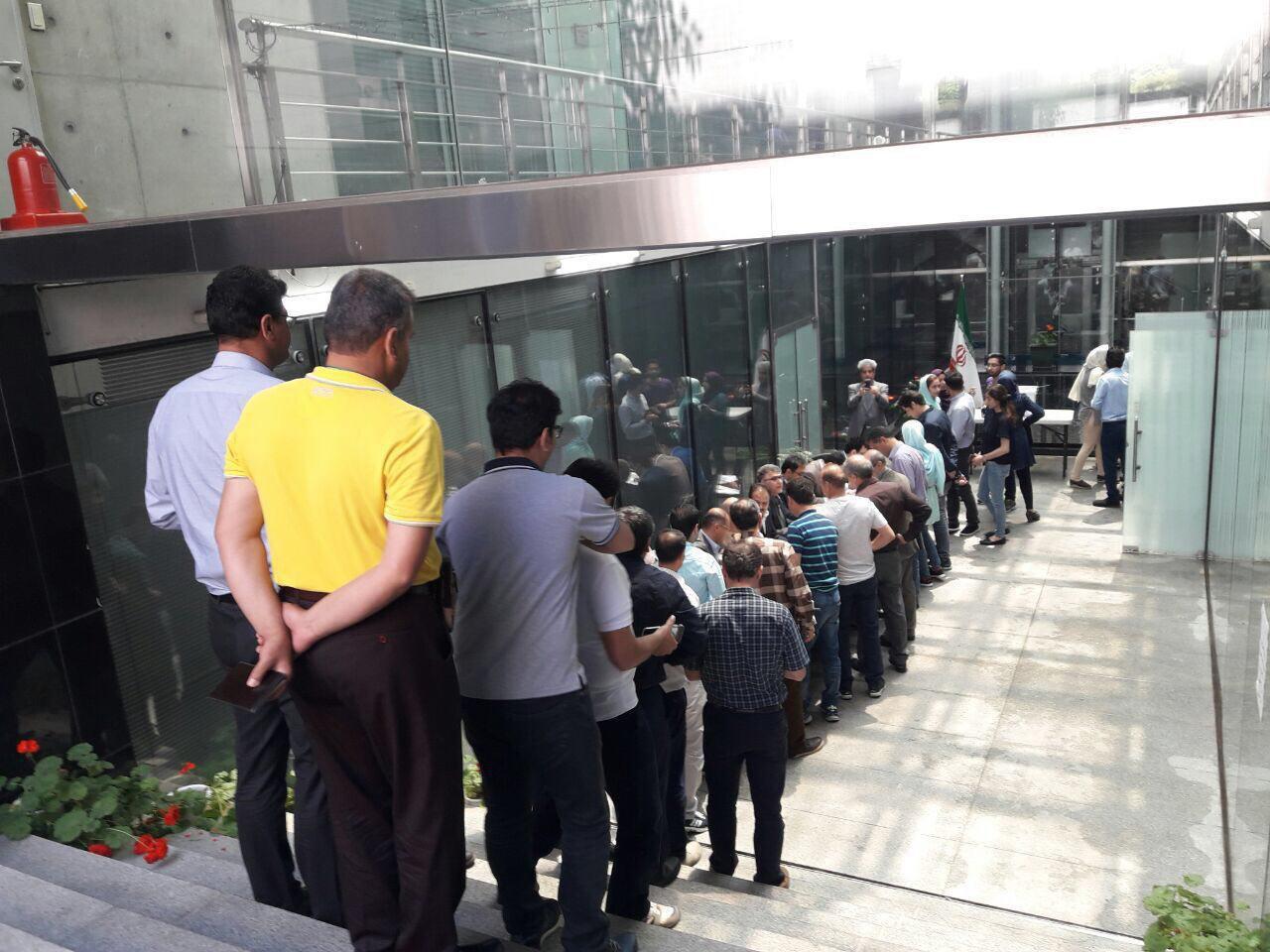 صف رای دهنندگان در سئول کره جنوبی