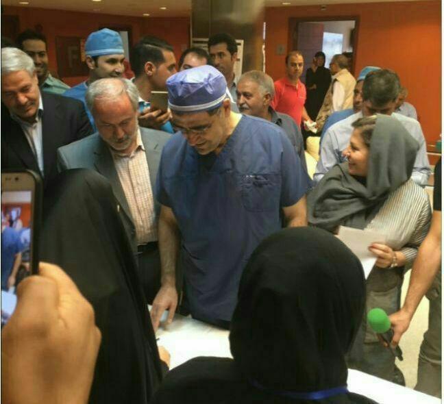 عکس/ رای دادن وزیر بهداشت با لباس اتاق عمل