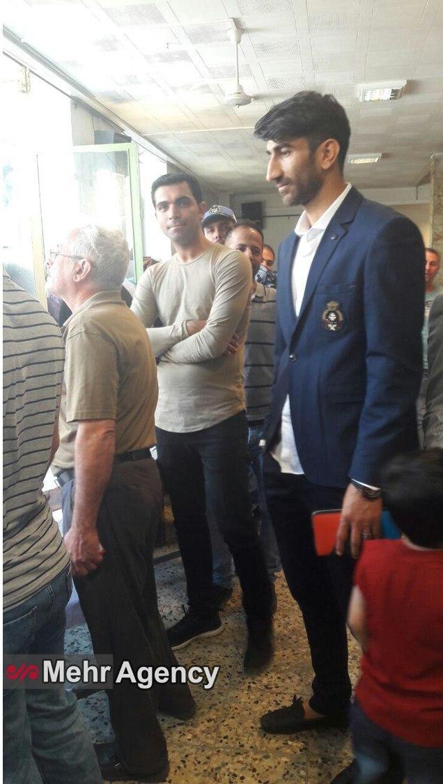 علیرضا بیرانوند در صف رای دادن برای انتخابات+ عکس