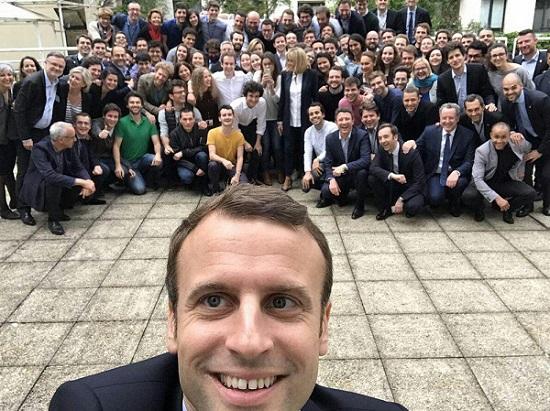 سلفی جالب مکرون، رئیسجمهور جدید فرانسه با اعضای ستاد انتخاباتیش