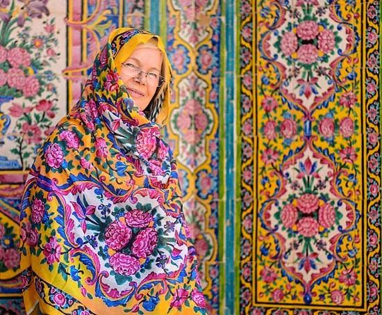 لباس همسان گردشگر خارجی در مسجد نصیرالملک شیراز