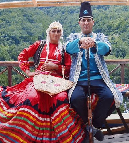 شهربانو منصوریان و همسرش با لباس محلی