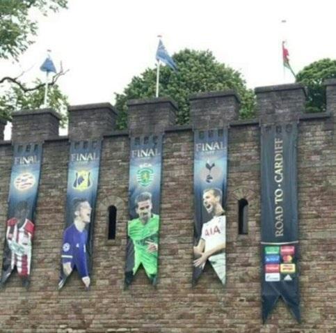 عکس سردار آزمون در بنر تبلیغاتی فینال لیگ قهرمانان اروپا