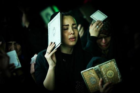 تصاویر شب احیا و قرآن بر سر گرفتن
