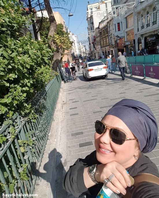 ژست ع به منظور لباس بختیـاری تیپ و   حجاب بهنوش بختیـاری درون استانبول + ع– حیـاط خلوت mimplus.ir