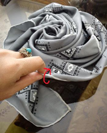 تزیین روسری بله برون به شکل گل