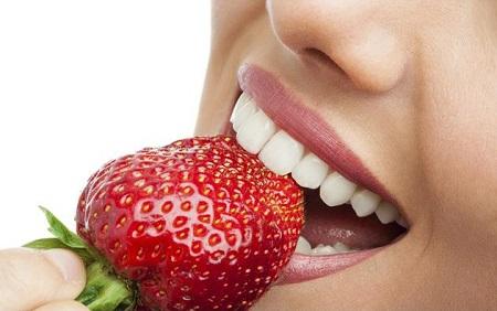 8 خوردنی خوشمزه برای سفید کردن دندان