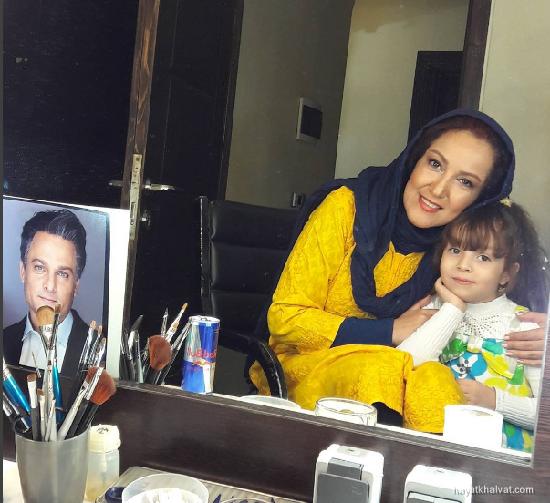 همراز اکبری و مادرش در عاشقانه