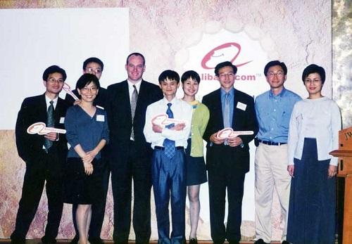 جک ما و کارکنان شرکت علی بابا در زمان شروع کار در سال 2000