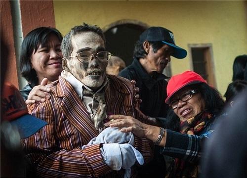 رسم عجیب جزیره ای در اندونزی؛ بیرون آوردن مرده ها از قبر