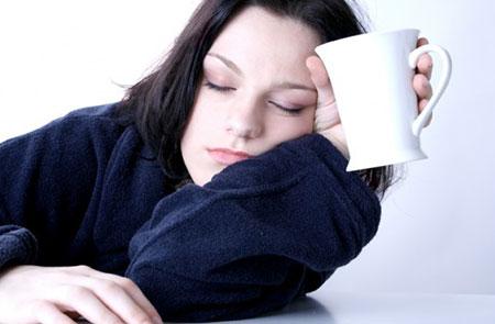 بی حالی و خستگی همیشگی از نشانه هاینخوردن غذای کافی است