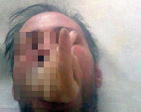 دست یکی از قربانیان در دهان آدم خوار(16+)