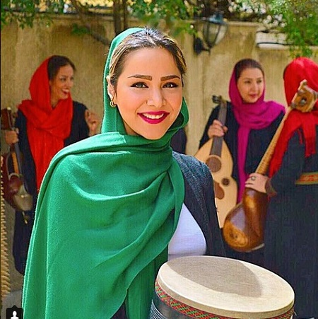 بیوگرافی و عکس های مهرناز دبیرزاده بانوی نوازنده و خواهرش+ تصاویر
