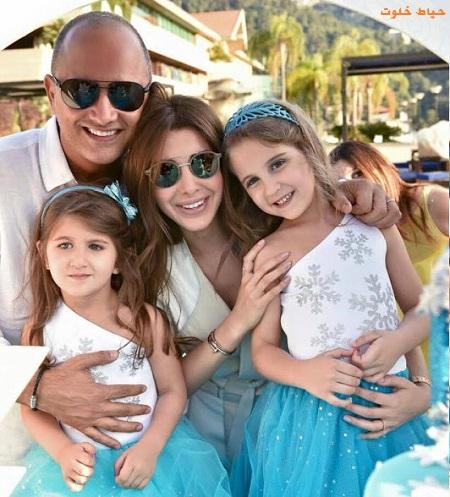 نانسی عجرم در کنار دو دختر و همسرش