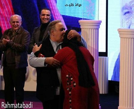 بوسه اکبر عبدی بر پیشانی همسرش