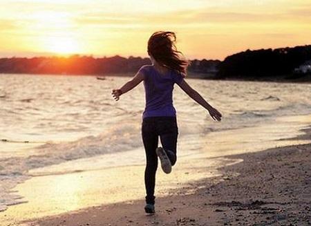 عکس دختر شاد و پر انرژی ، عکس دختر از پشت کنار دریا