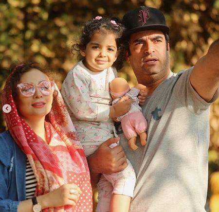 منوچهر هادی در کنار همسر و دخترش در پشت صحنه گیسو |